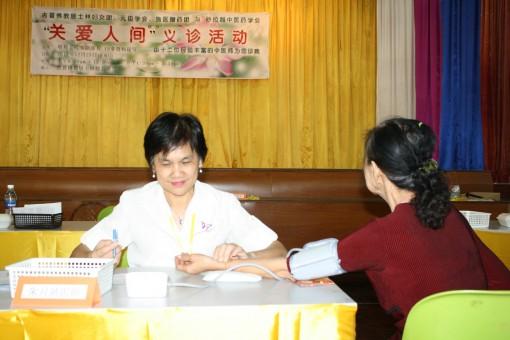 朱月娇医师正用心在为病人看诊。