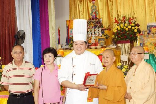 由学琳法师颁发纪念品于郑顺庆。