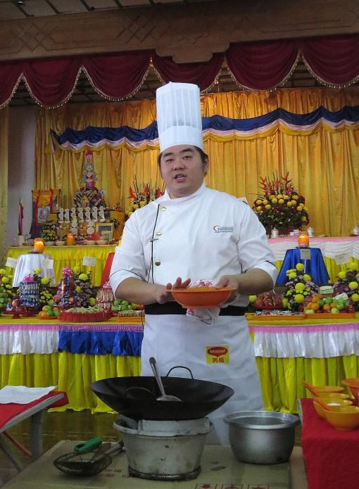 郑顺庆为公众示范了其中1道素食烹饪料理