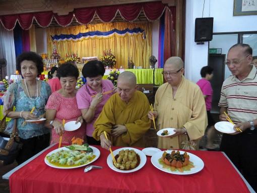法师及理事们在试吃郑顺庆的手艺